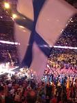 Avaustäysistunnossa liehui Suomen liput näkyvästi.