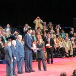 Entinen kansainvälinen presidentti Wing-Kun Tam ojensi palkinnon yli 230 cm pitkälle huippukoripalloilijalle.