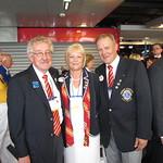 Raimo Metteri LC Helsinki/Pohjois-Haagan klubista tapaamassa N-piirin kuvernööripariskuntaa Heikki ja Leena Saarista.