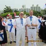 Liiton puheenjohtaja Seppo Söderholm ja Tuomo lähdössä marssimaan