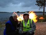 Valaistu Posio -tapahtuman kokko paloi roihuten tuulessa: Kuvassa  Kaija Holopainen ja Pirjo Rastas nautiskelevat tapahtumasta